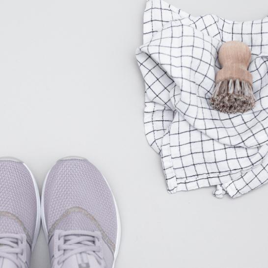 당신의 신발은 당신의 외모에 필수적인 마무리 터치입니다. 하지만 어떻게 그것들을 적절하게 소독할 수 있을까요? 단계별 지침을 따르십시오.